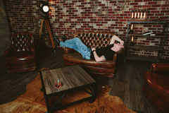 Homme ivre dans la conception de grenier photographie stock libre de droits