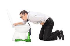 Homme ivre jetant dans une toilette photo libre de droits
