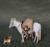 Homme ivre sur un poney et son chien image stock