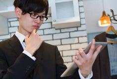 Homme japonais d'affaires dans le costume, nouveau plan de pensée, dispositif de observation de comprimé Photos libres de droits