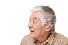 Homme japonais supérieur à la prothèse auditive Image stock
