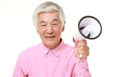 Homme japonais supérieur avec le mégaphone Photos stock