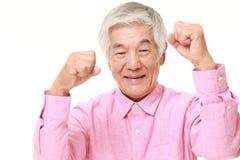 Homme japonais supérieur dans une pose de victoire Photographie stock