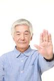 Homme japonais supérieur faisant le geste d'arrêt Images libres de droits