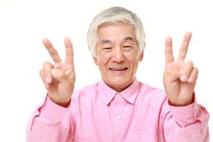 Homme japonais supérieur montrant un signe de victoire Photo libre de droits