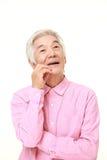 Homme japonais supérieur rêvant à son future  Images stock