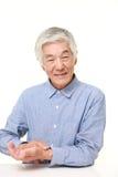 Homme japonais supérieur vérifiant son impulsion Photos stock