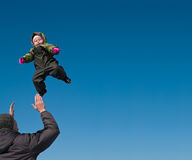 Homme jetant en l'air vers le haut d'un enfant image libre de droits