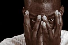 Homme jetant un coup d'oeil cependant ses doigts Images libres de droits
