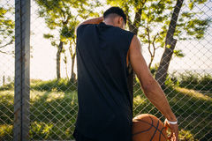 Homme jouant au basket-ball Compétitions sportives, jeu, homme avec la boule sur le terrain de basket, visage heureux, rire, attr Photos stock