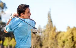 Homme jouant au golf Photo stock