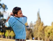 Homme jouant au golf Images stock