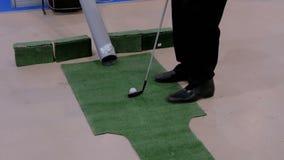 Homme jouant au golf banque de vidéos