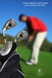 Homme jouant au golf, le copie-espace Images stock