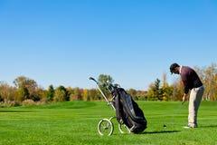 Homme jouant au golf Images libres de droits