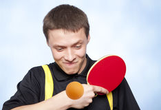 Homme jouant au ping-pong Photo stock