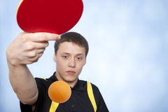 Homme jouant au ping-pong Photos stock