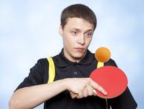 Homme jouant au ping-pong Image libre de droits