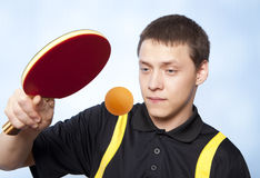 Homme jouant au ping-pong Photographie stock