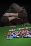 Homme jouant au poker Photos stock