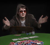 Homme jouant au poker Images stock