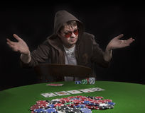 Homme jouant au poker Photos libres de droits