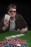 Homme jouant au poker Photographie stock