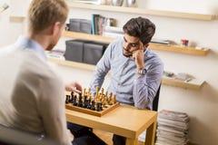 homme jouant aux échecs Images stock