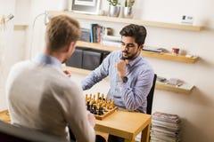 homme jouant aux échecs Photo libre de droits