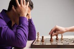 Homme jouant aux échecs sur le fond blanc Photos stock