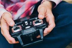 Homme jouant avec le jouet à télécommande, plan rapproché Photos libres de droits