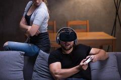 Homme jouant avec les lunettes et l'amie de VR Image stock