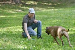 Homme jouant avec son chien Photo libre de droits