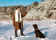 Homme jouant avec son chien dehors Photo libre de droits