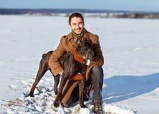 Homme jouant avec son chien dehors Image libre de droits