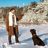 Homme jouant avec son chien dehors Images libres de droits