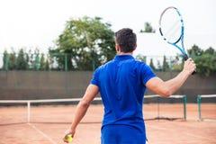 Homme jouant dans le tennis dehors Image libre de droits