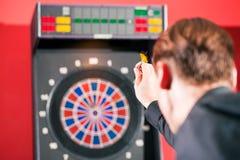 Homme jouant des dards Photos stock