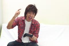 Homme jouant des jeux Images libres de droits