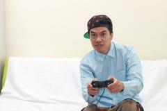 Homme jouant des jeux Photographie stock