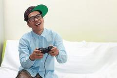 Homme jouant des jeux Photos stock