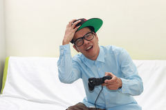 Homme jouant des jeux image stock