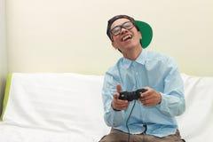 Homme jouant des jeux images stock