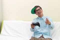 Homme jouant des jeux photographie stock libre de droits