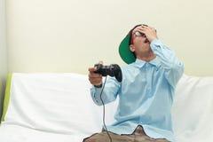 Homme jouant des jeux photos libres de droits