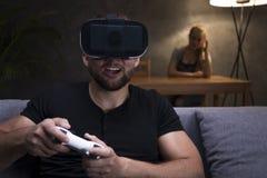 Homme jouant des jeux et amie fâchée Images stock