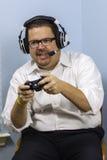 Homme jouant des jeux vidéo Image libre de droits