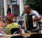 Homme jouant l'accordéon à Ayamonte Espagne image stock