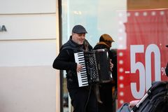 Homme jouant l'accordéon dans la rue photo stock