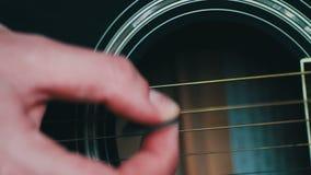 Homme jouant la fin de guitare acoustique  banque de vidéos